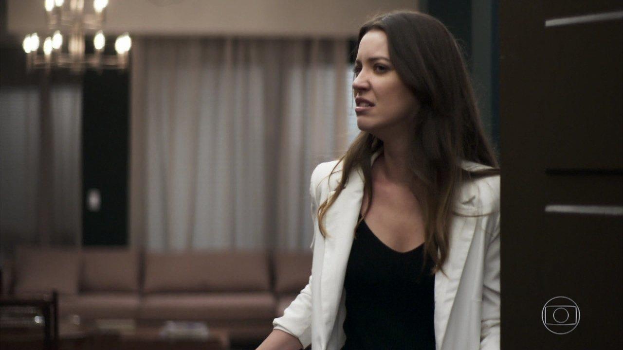 Fabiana deixa a casa de Vivi e afirma que as duas são inimigas