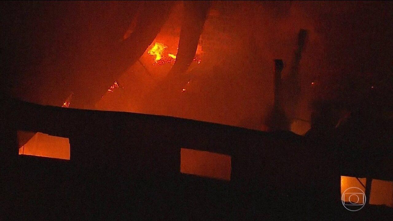 Incêndio destruiu uma fabrica de produtos oleoquimicos em Cotia, na Grande Sao Paulo