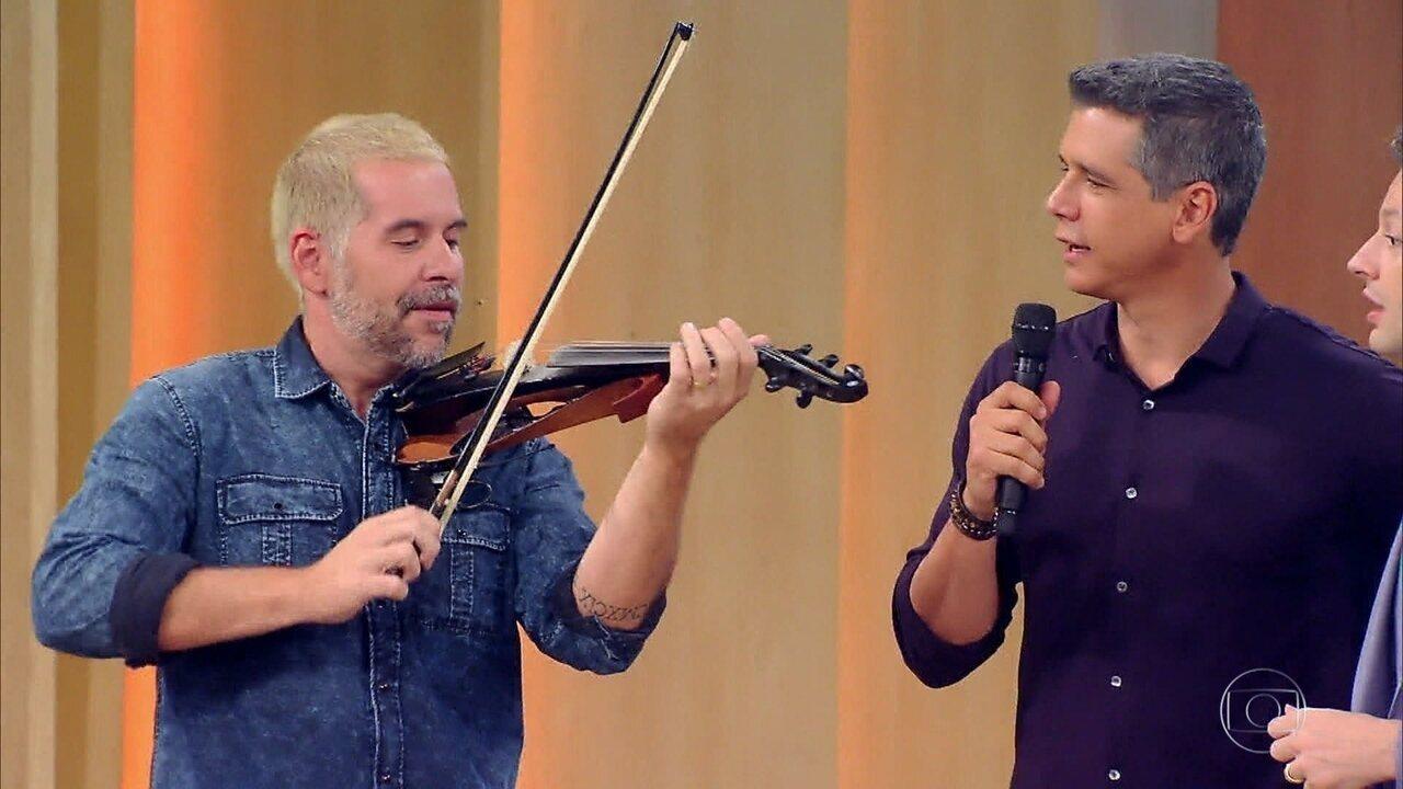 Leandro Hassum mostra suas habilidades musicais no palco do Tamanho Família