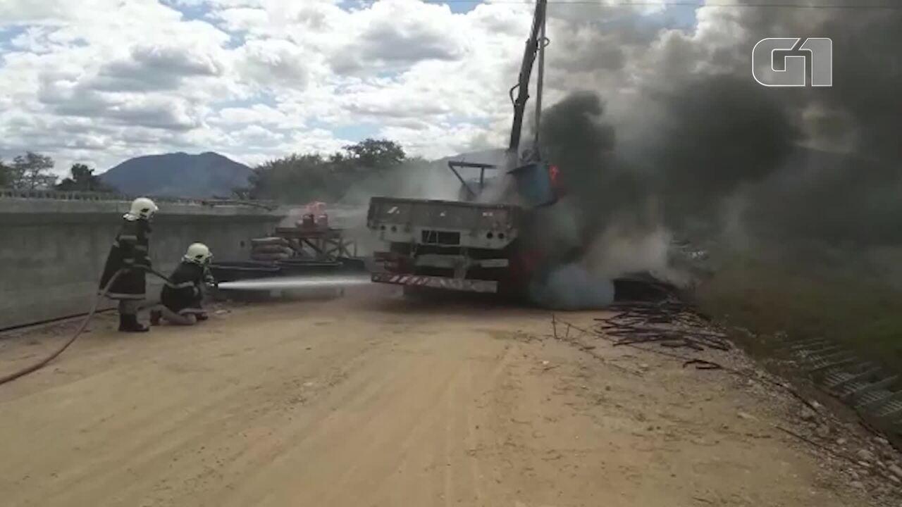 Caminhão pega fogo após encostar em fiação elétrica durante construção de ponte, em Acaraú