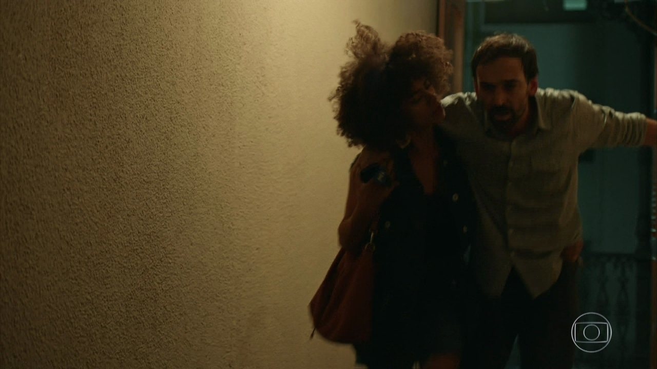 Diana encontra Evandro passando mal e leva para o hospital