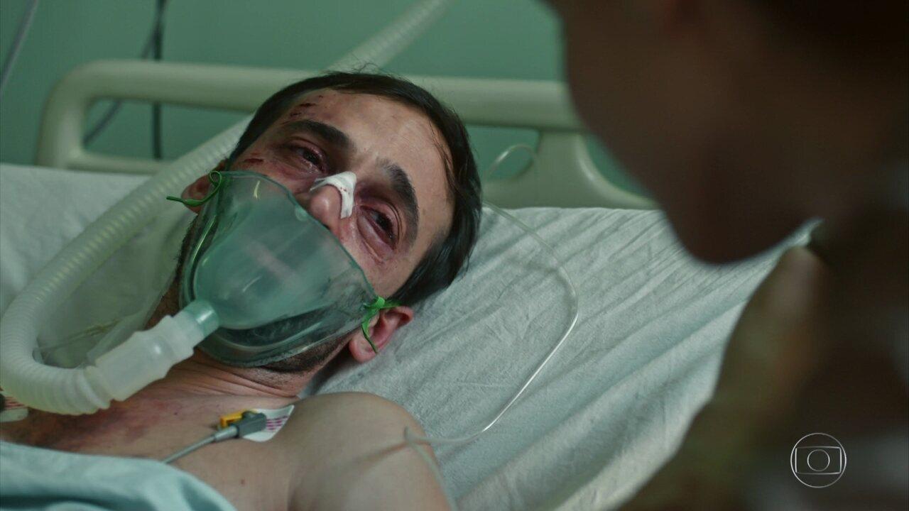 Evandro acorda da cirurgia e recebe o carinho de Carolina