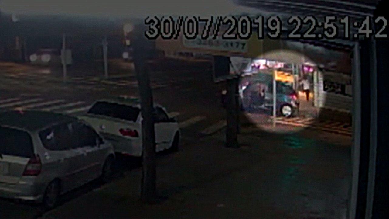 Dois jovens ficam feridos após explosão dentro de carro