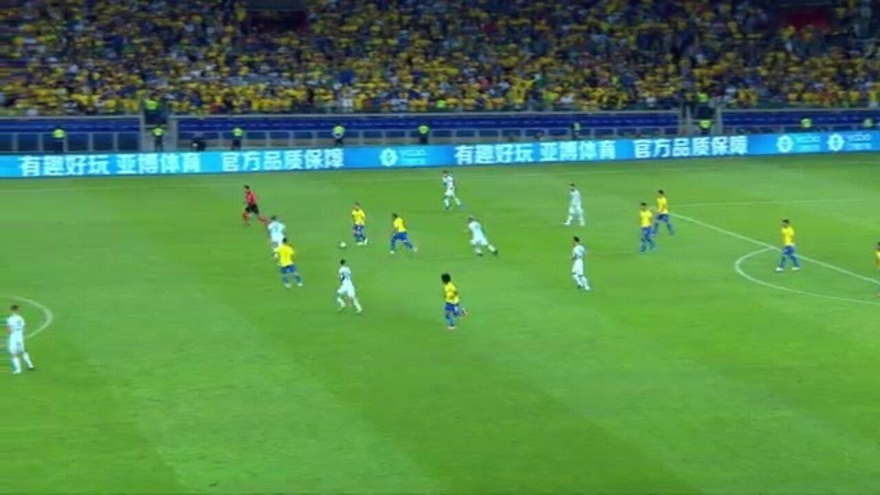 Daniel Alves desarma Messi em duelo na Copa América; depois, argentino acerta a trave