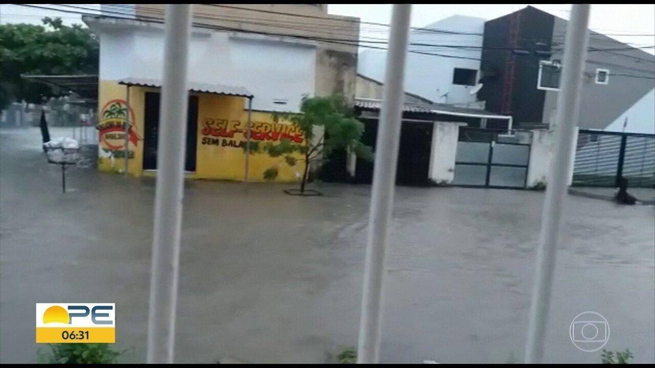 Chuva alaga ruas e provoca queda de árvore no Grande Recife