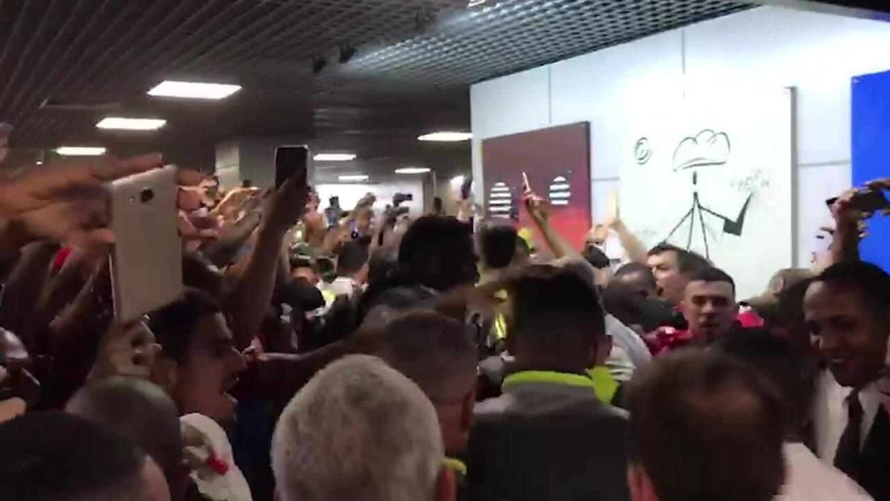 Torcida faz festa para o Flamengo no desembarque do time em Salvador