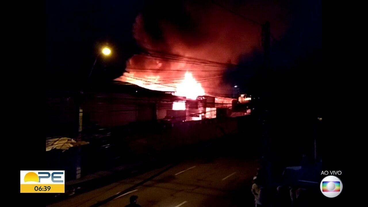 Incêndio atinge galpão em Água Fria, no Recife