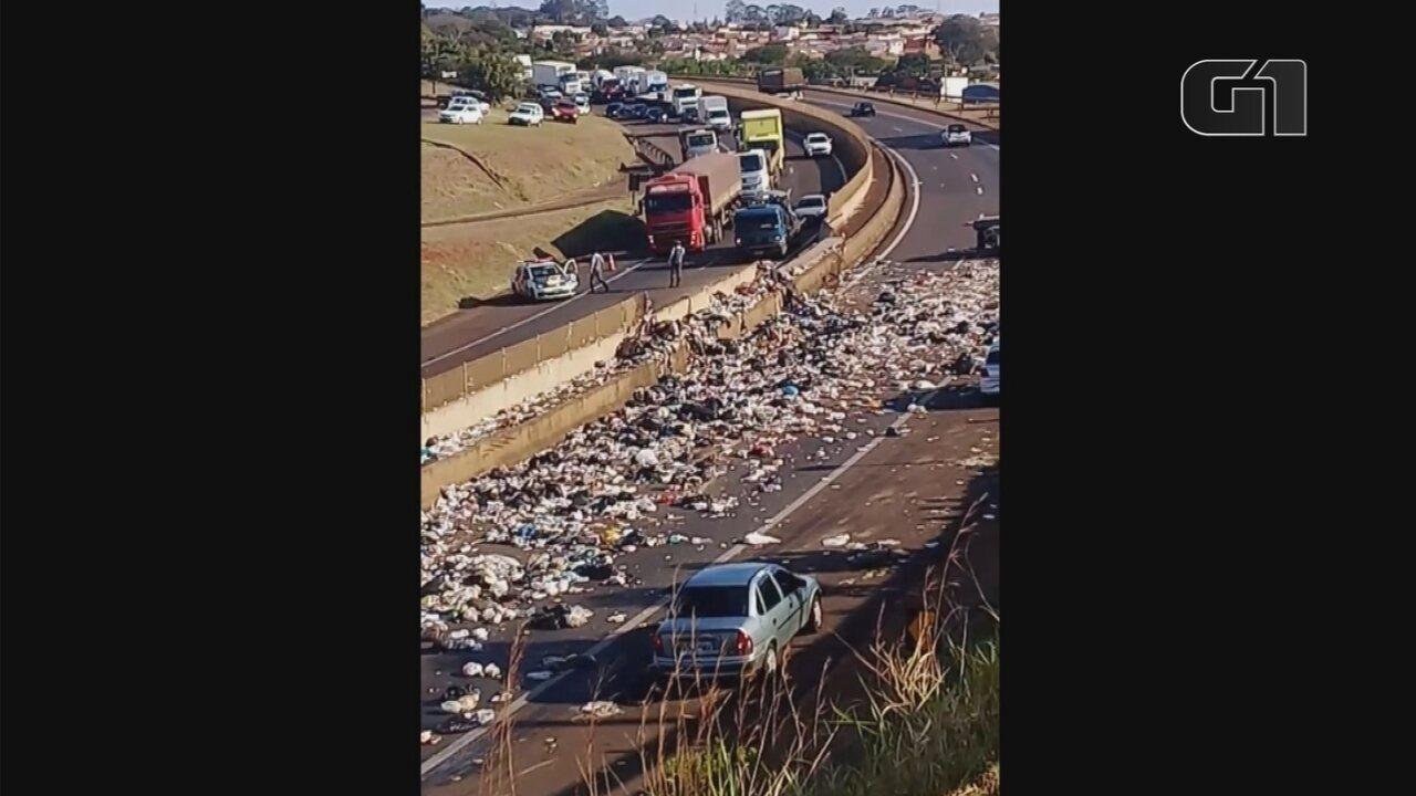 Carreta que transportava lixo tomba, espalha detritos pela pista e interdita rodovia