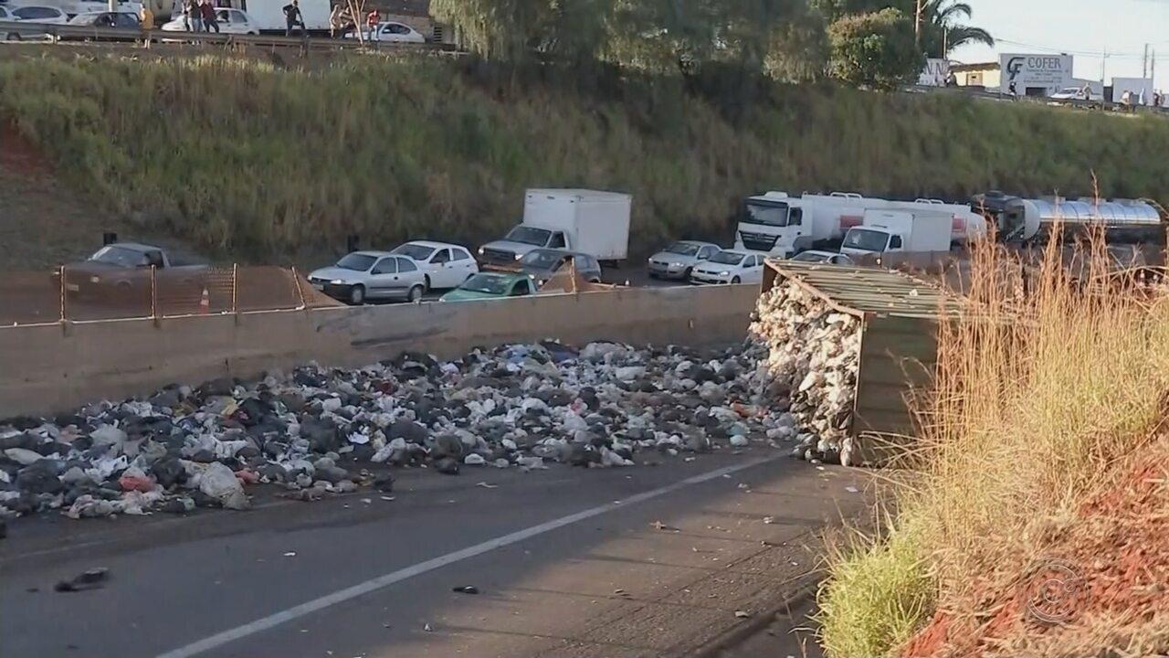 Termina limpeza de trecho onde caminhão de lixo tombou