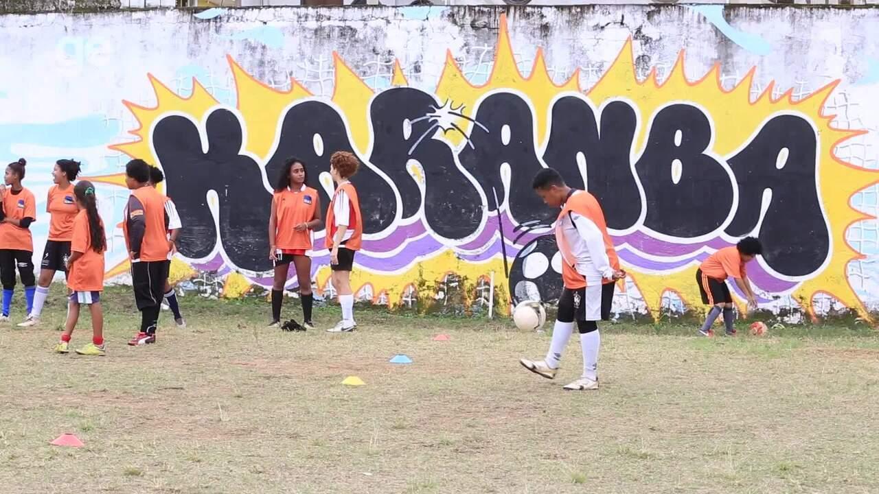 Ana Thaís Matos conhece projeto social que forma talentos do futebol feminino