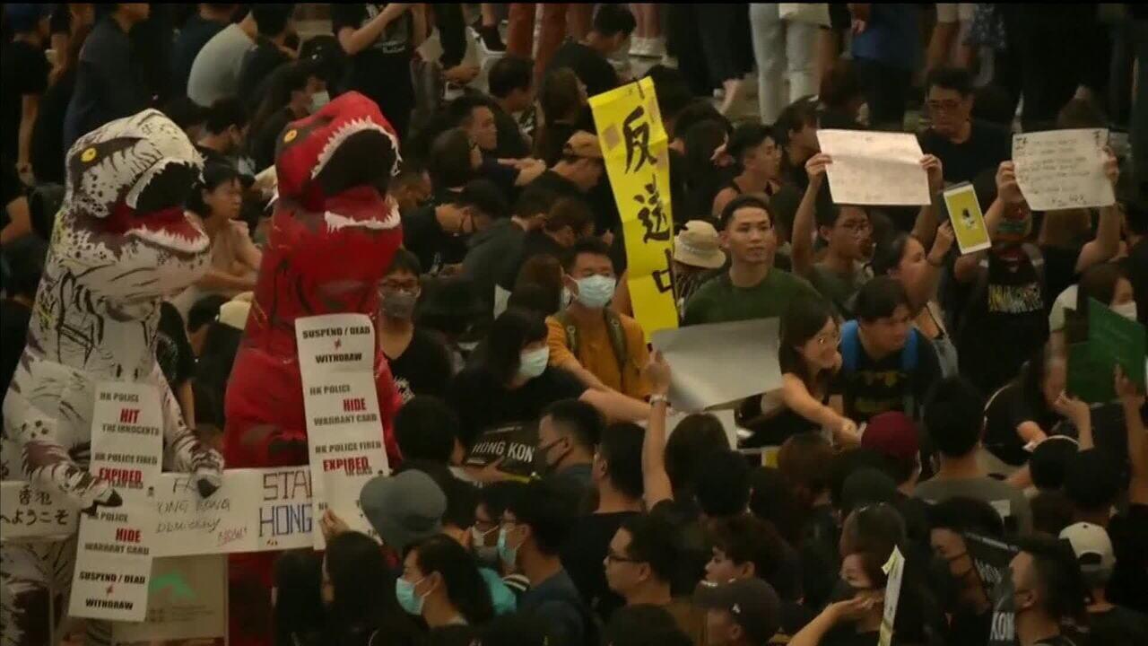 Manifestantes ocupam aeroporto de Hong Kong pelo segundo dia