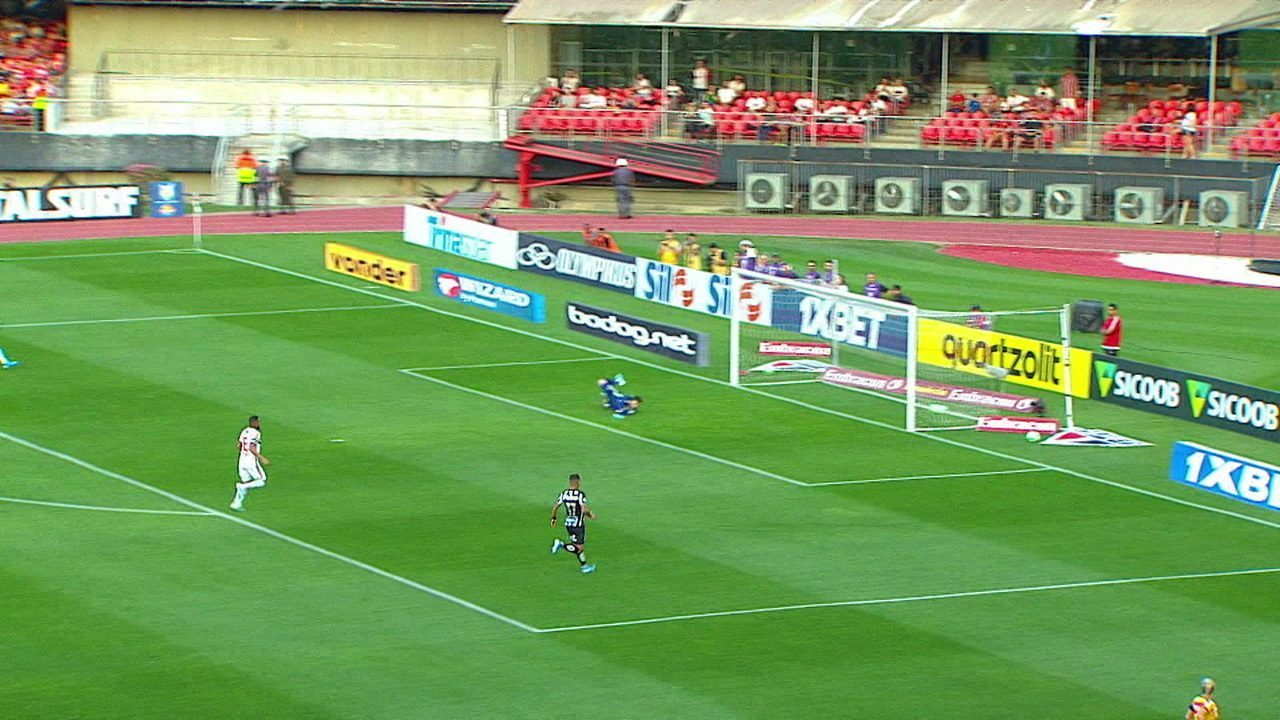 Felipe Jonatan arrisca da meia esquerda e bola passa rente à trave, aos 19' do 1º tempo