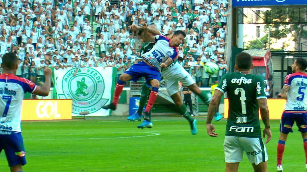 Felipe Melo deixa o braço em Lucca, do Bahia, e é expulso no primeiro tempo