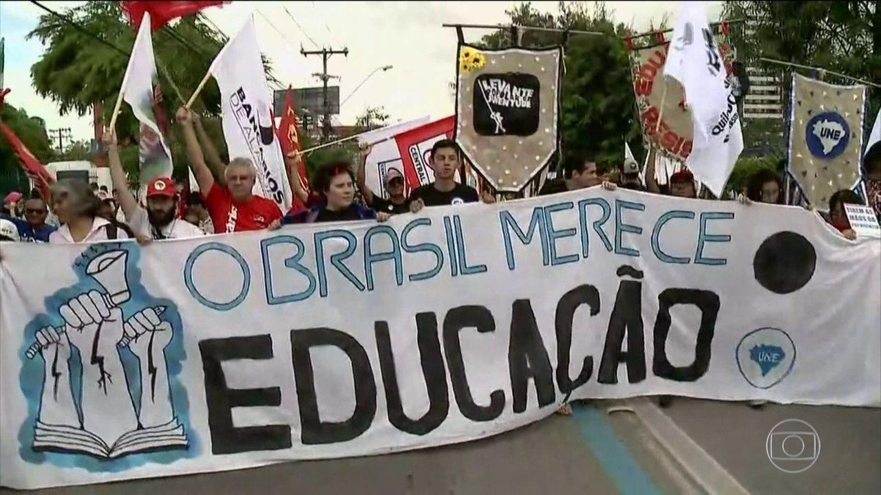 Cidades têm manifestações contra os cortes na educação