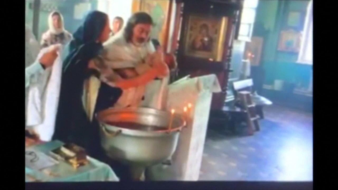 Mãe tenta impedir batismo violento na Rússia