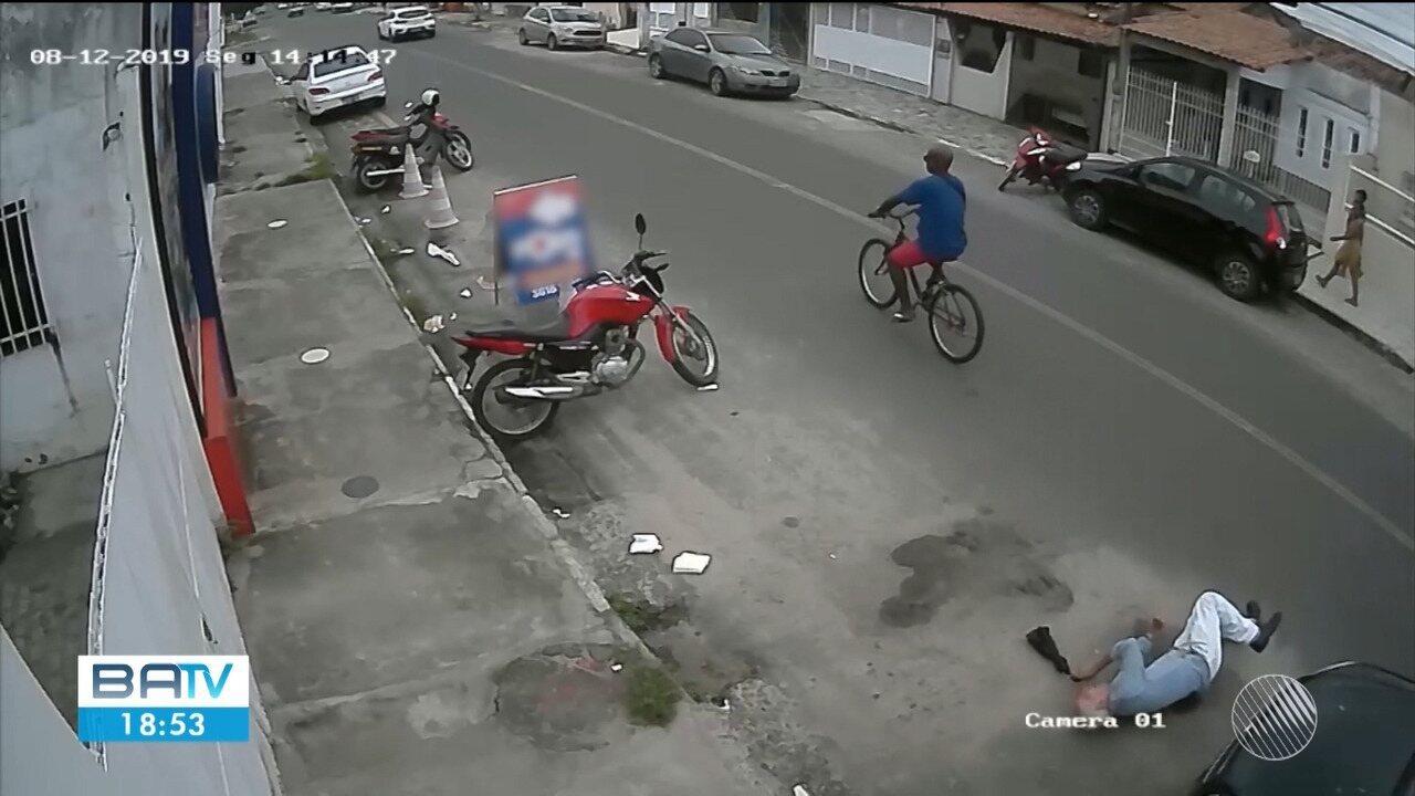 VÍDEO: Idoso de 83 anos leva soco enquanto andava na rua e tem traumatismo craniano
