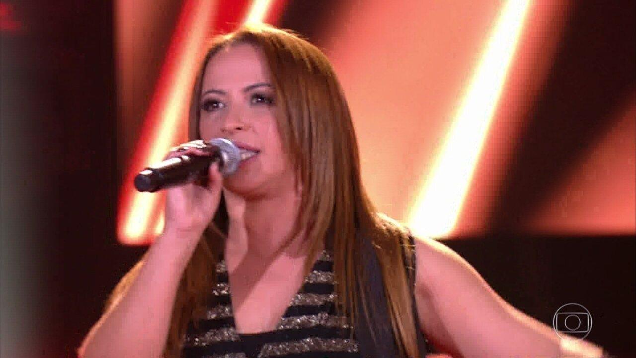 "Fabiana Oliveira canta ""Estranho"""