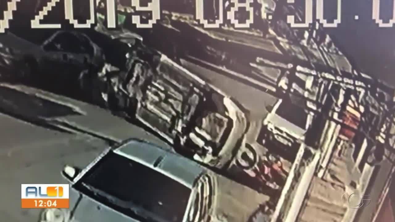 Motorista bêbado capota veículo no Centro de Maceió