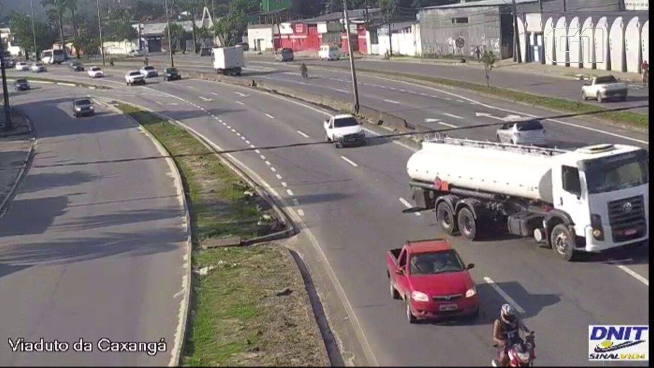 Vídeo mostra caminhão perdendo controle momentos em acidente com um morto e 7 feridos