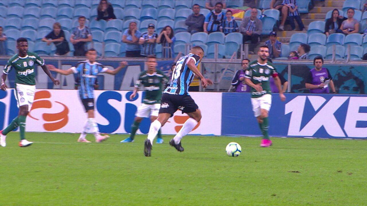 Gol do Grêmio! David Braz solta uma bomba no ângulo e empata, aos 42 do 2º tempo