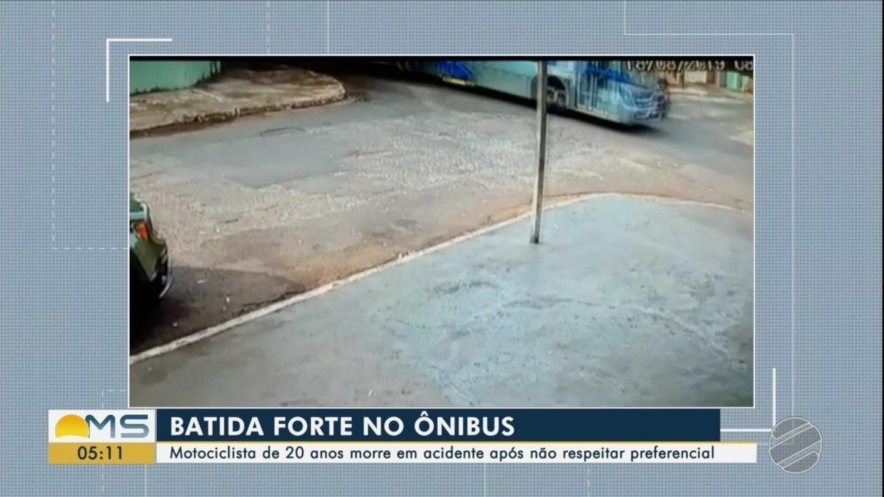 Vídeo mostra momento da colisão entre ônibus e moto, em Campo Grande