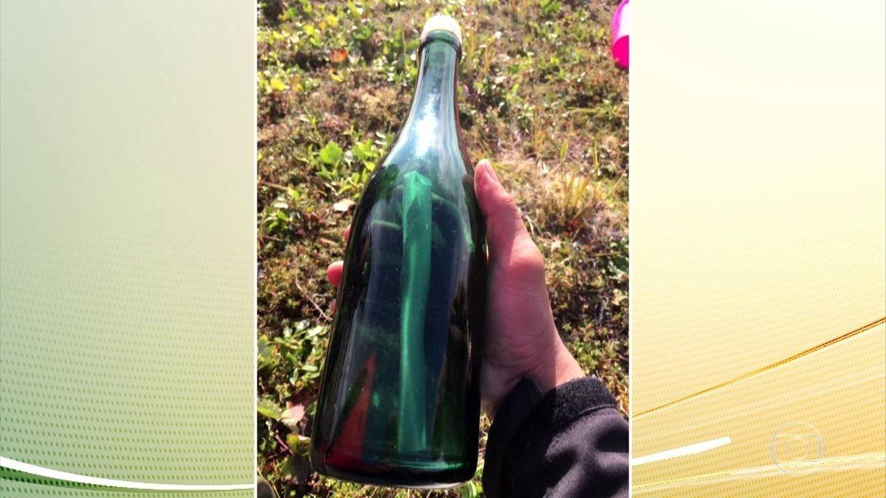 Uma garrafa com uma mensagem de 50 anos atrás é encontrada no Alasca