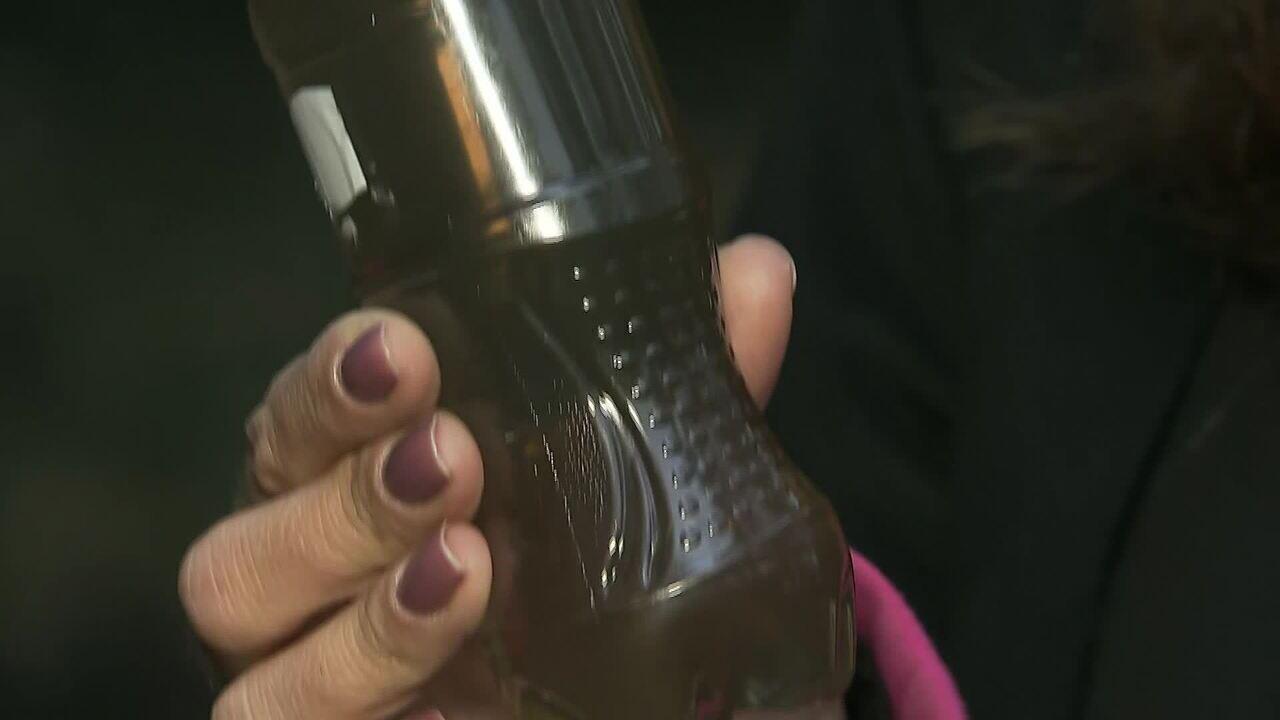 Moradores de SP coletam água escura e com cheiro de queimado