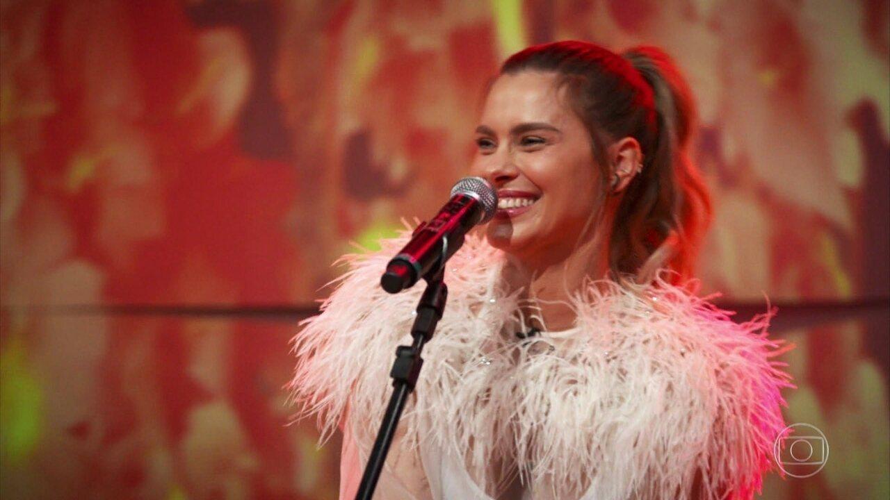 Carolina Dieckmann canta clássicos de Erasmo e Roberto Carlos