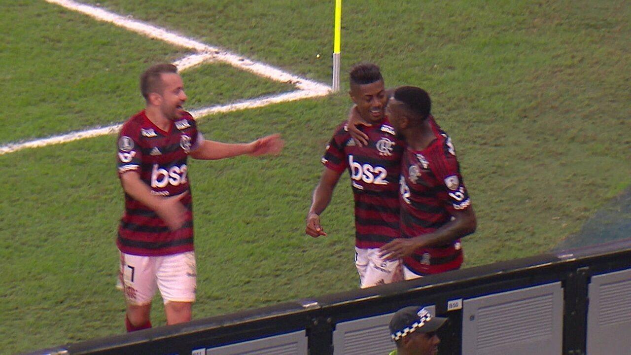 Gabigol ataca de garçom e serve Bruno Henrique contra o Inter no jogo de ida