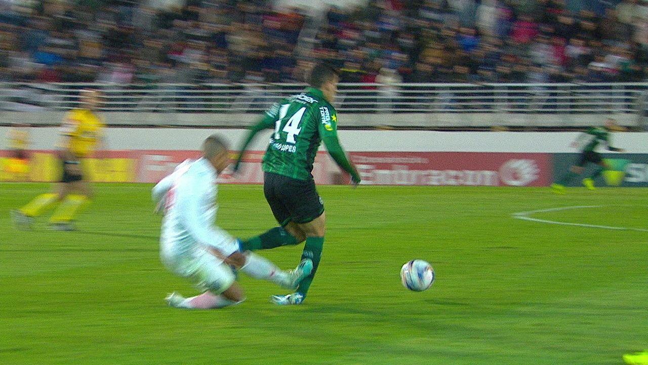 Edimar faz falta dura em Thiago Lopes e é expulso, aos 03' do 2ºT