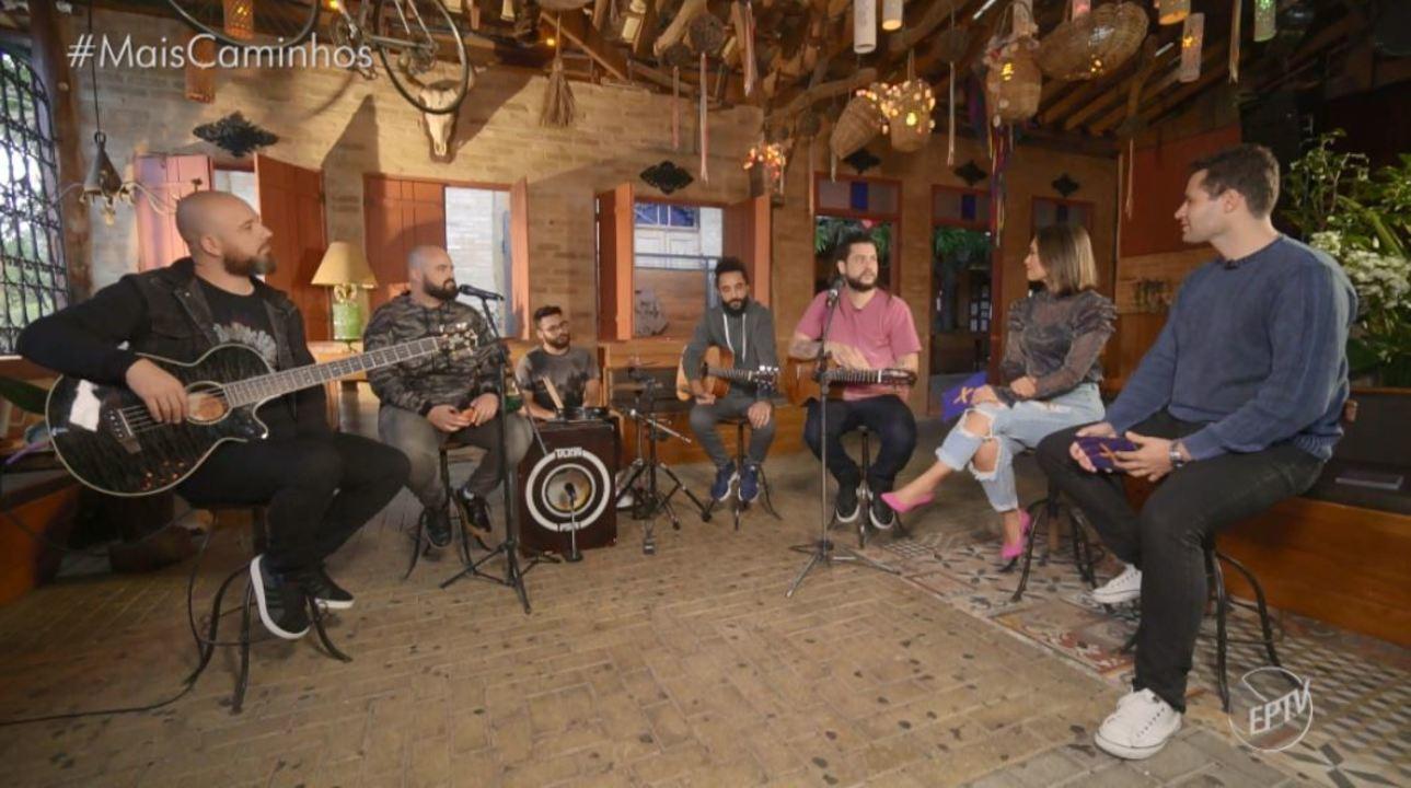 Pedro e Cris conversam com a banda de reggae Maneva