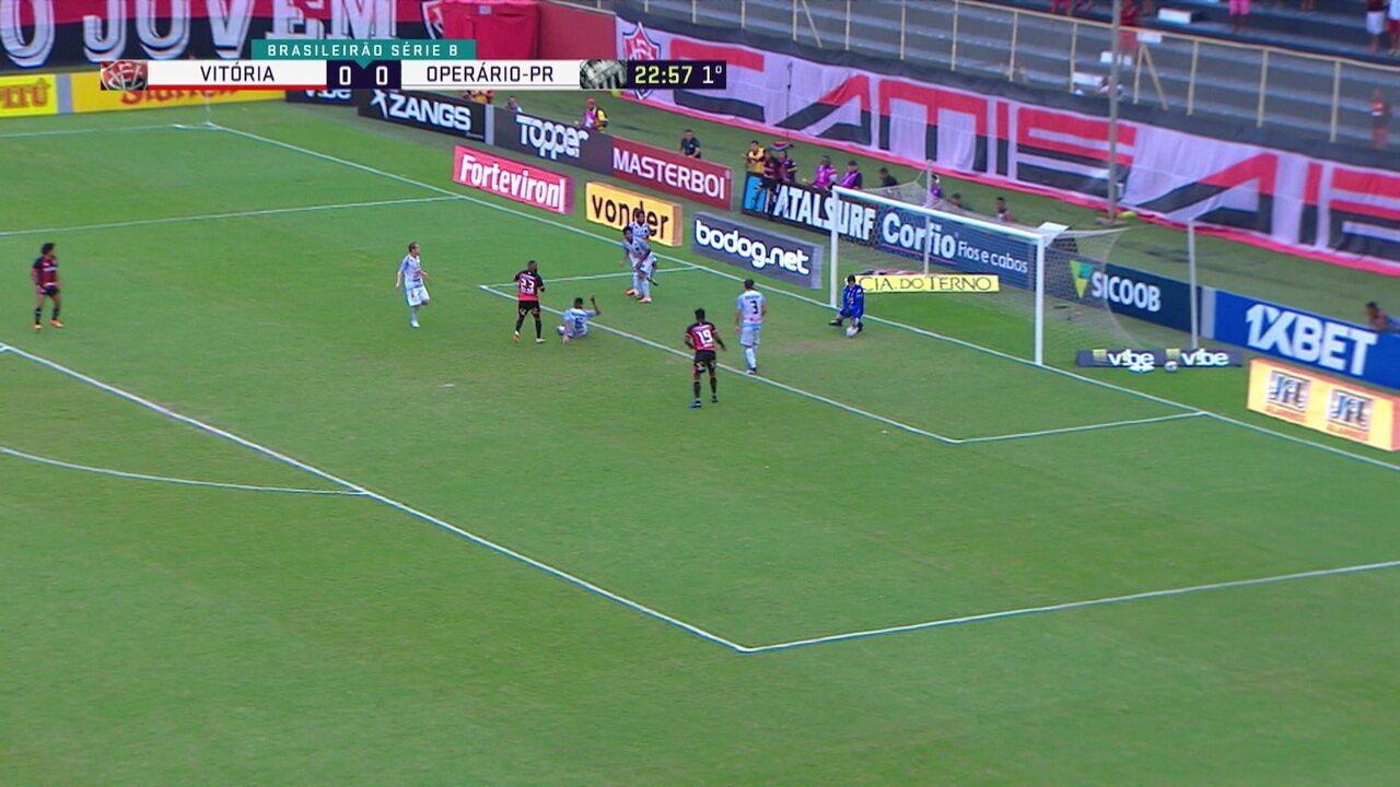 Chiquinho bate à queima-roupa para o gol, mas Rodrigo Viana faz a defesa, aos 23' do 1ºtempo