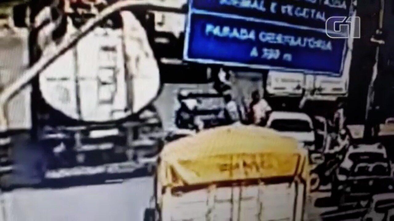 Motociclista morre após ser empurrado por homem e atropelado por caminhão, em Aragarças