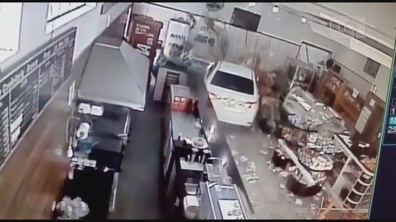 Motorista sofre 'apagão' e invade padaria com o carro em Juquiá, SP