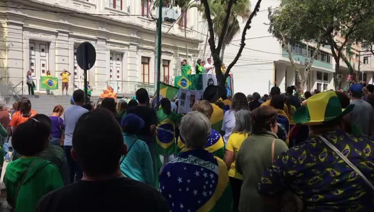 JUIZ DE FORA, 11h: manifestantes cantam Hino Nacional durante manifestação