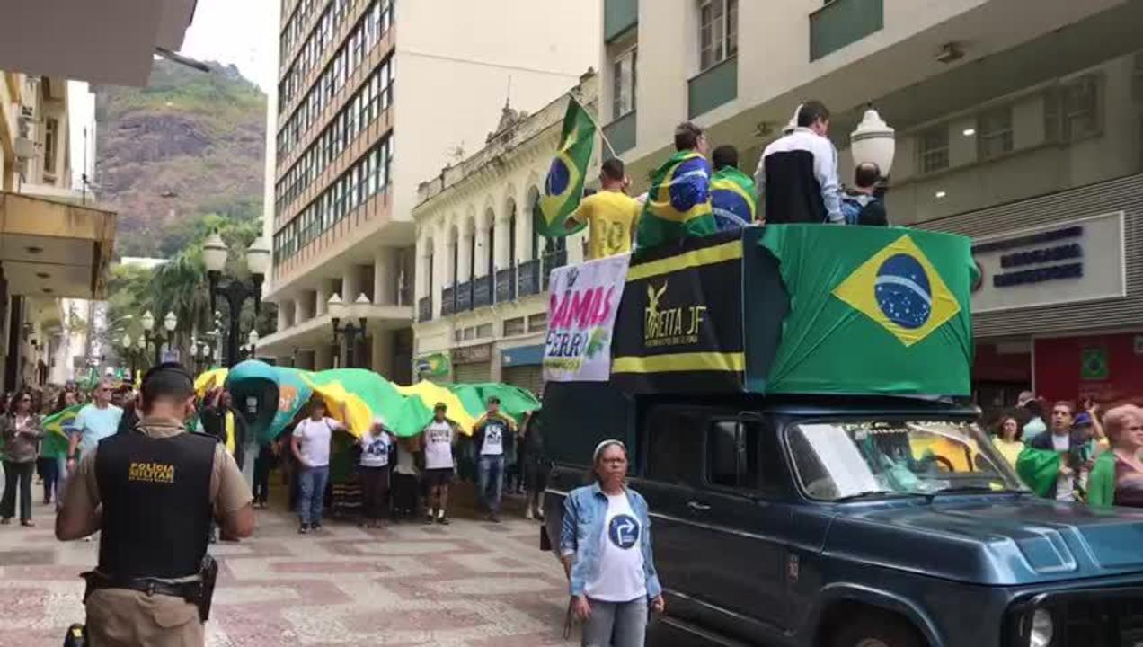 JUIZ DE FORA, 11h30: manifestantes caminham pelo calçadão em Juiz de Fora