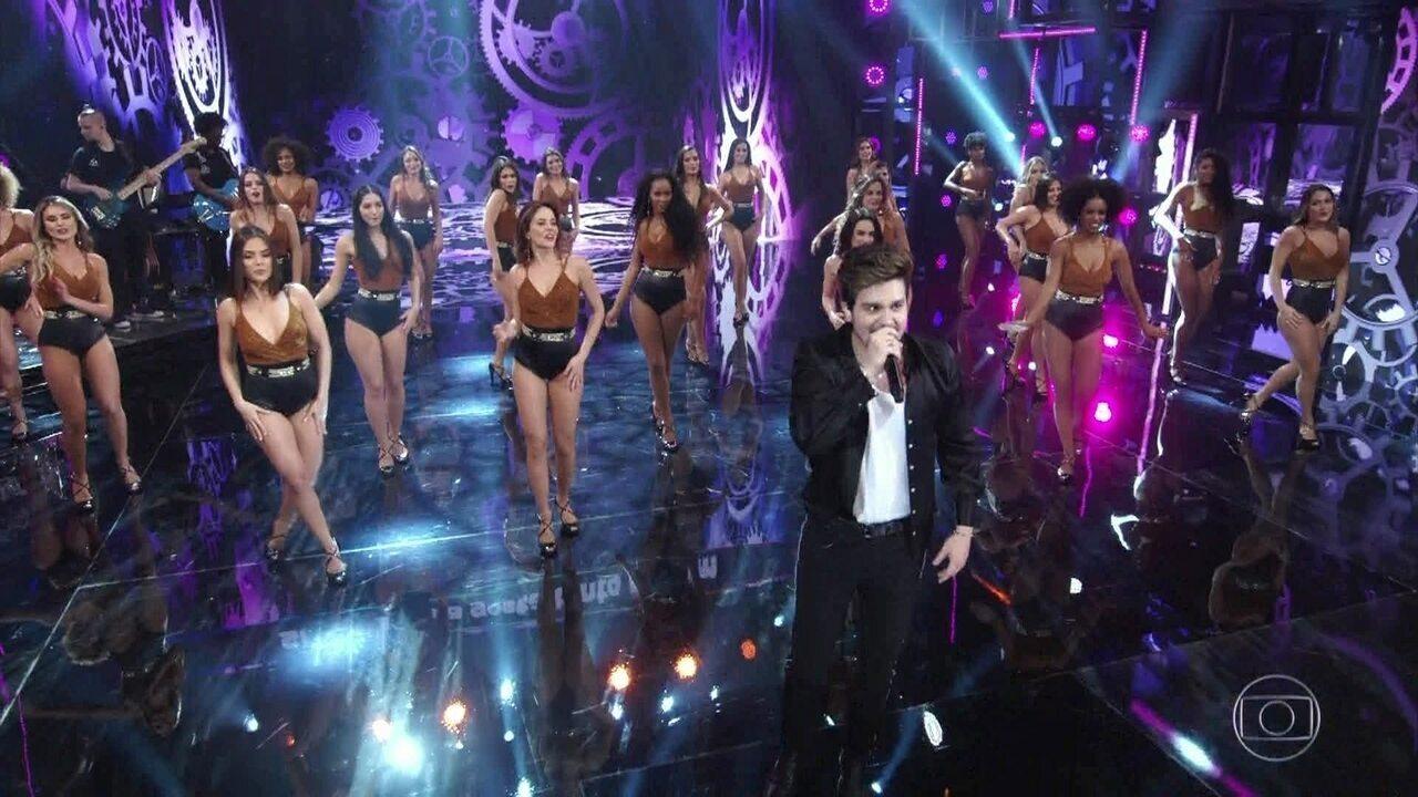 Luan Santana canta sucesso 'Sofazinho'