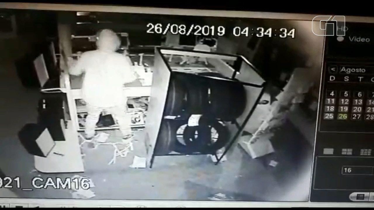 Ladrões usam carro para arrombar loja de eletrônicos, em Curitiba