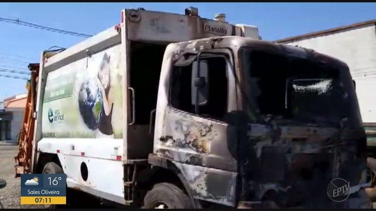 Caminhão de lixo pega fogo em Monte Alto, SP