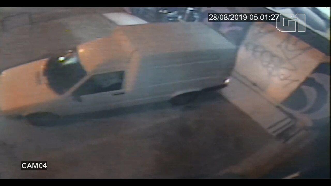 Ladrões usam carro em marcha ré para arrombar loja de calçados, em Pinhais