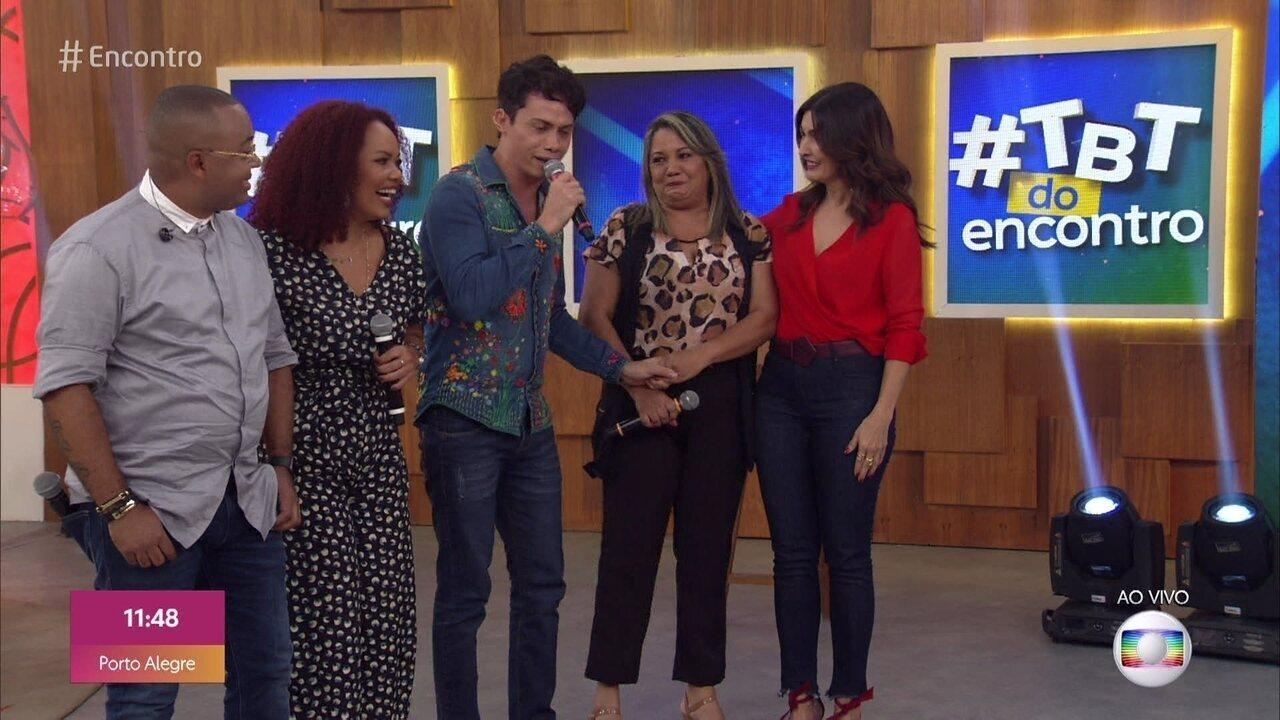 Dudu Nobre e Silvero Pereira são surpreendidos por irmãs no palco do 'Encontro