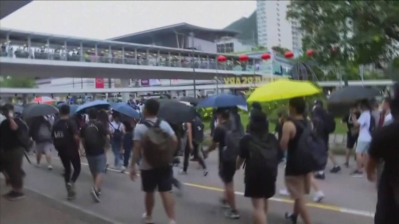 Manifestantes protestam no aeroporto de Hong Kong