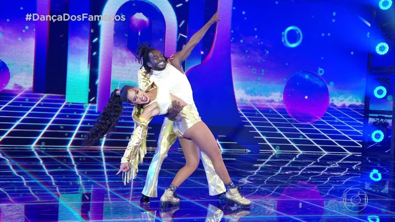 Jonathan Azevedo dança com Tati Scarlleti