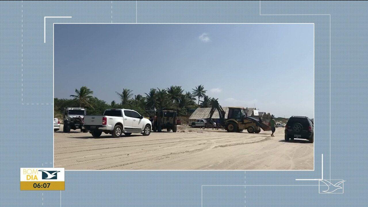 Maré sobe e deixa veículos atolados no Maranhão