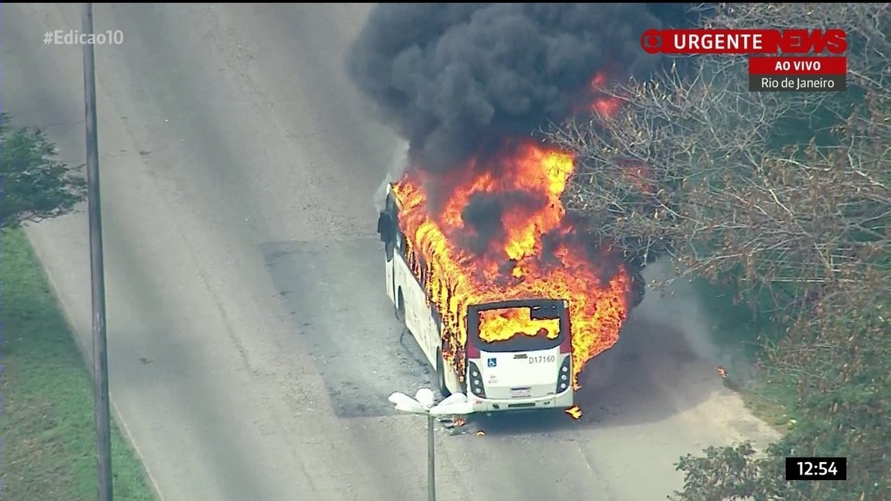 Ônibus é incendiado na Avenida Brasil
