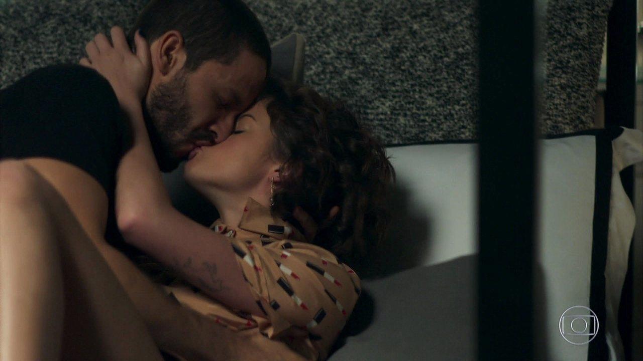 Téo beija Josiane