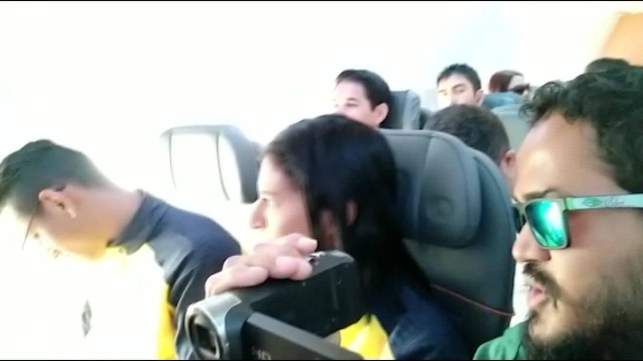 Jerusa dos Santos é aplaudida dentro de avião
