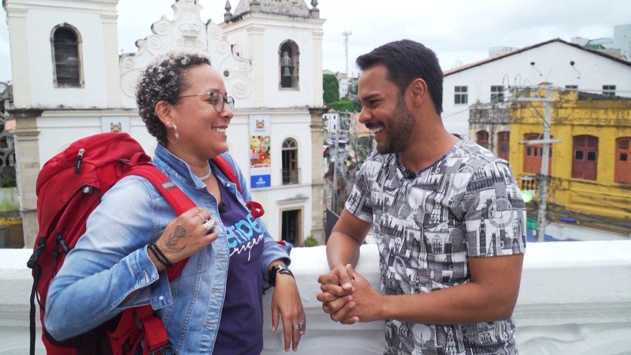Pablo Vasconcelos conhece Lika Souza, letróloga que faz mochilão pelo mundo