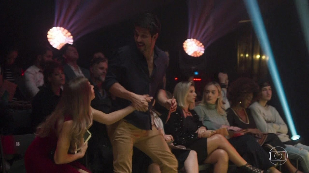 Marcos leva Paloma para conhecer os bastidores do evento de moda
