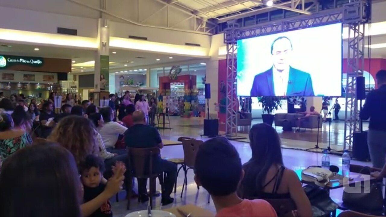 Acreanos se reúnem em shopping para assistir Ayres Rocha no Jornal Nacional